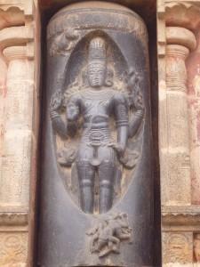 Linga à Darasuram : on voit clairement Shiva se manifestant dans la colonne de feu tandis que Vishnou en cherche la base et Brahma le sommet