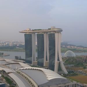 Le nouveau casino + mall + hôtel de Singapour. Observez la subtilité : le toit forme un bateau pour rappeler que tout la quartier vient d'être conquis sur la mer.