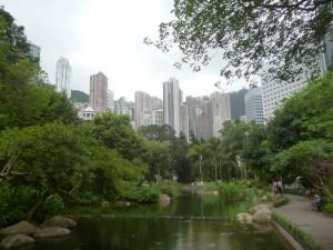 Au centre de Hong-Kong, un agréable coin de verdure... et 500 euros d'amende si vous y nourrissez les pigeons.