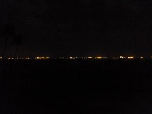 Une ville à l'horizon ? Non, juste les bateau ancré en attendant leur entrée au port de Singapour...