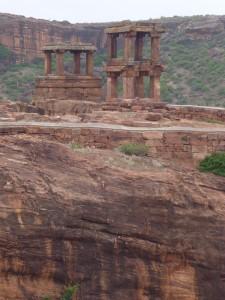 Des ruines perchées sur un promontoir rocheux