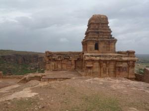 Le temple, là-haut sur la colline de Badami