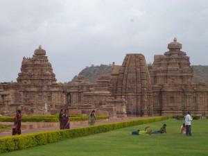 Un aperçu des temples de Pattadakal et de leurs touristes indiens