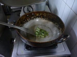 Faire chauffer les feuilles de curry
