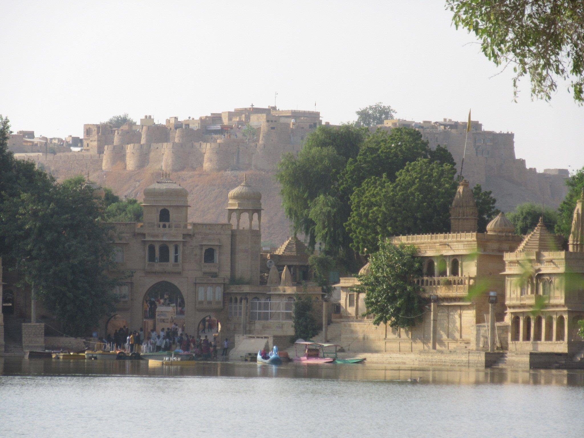 Reservoir et vue sur le fort de Jaisalmer